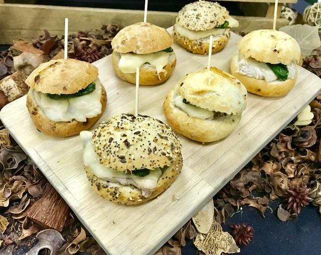 Gourmet casero de pollo com pimiento verde y queso fundido (Bandejas de 10 Unidades)