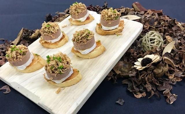 Pincho de foie con queso de cabra, cebolla crujiente y mermelada de tomate (bandejas de 12 Unidades)